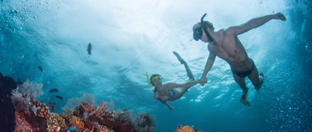 Couple diving with snorkels in Punta Cana